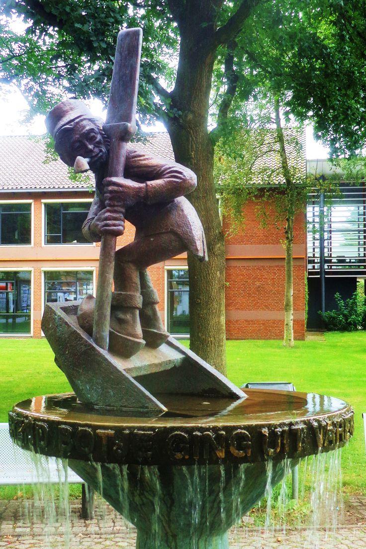 Berend Botje ging uit varen met zijn scheepje naar Zuidlaren. Een bronzen standbeeld van het beroemde mannetje uit het liedje – pijp in de mond en roeiriem in de hand – werd in 1967 onthuld aan de Grote Brink.