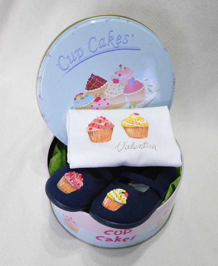 Canastilla Cupcakes con zapatillas y camiseta personalizada.