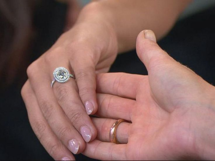 PHOTO: Andi Dorfman shows off her ring on Good Morning America, July 29, 2014.