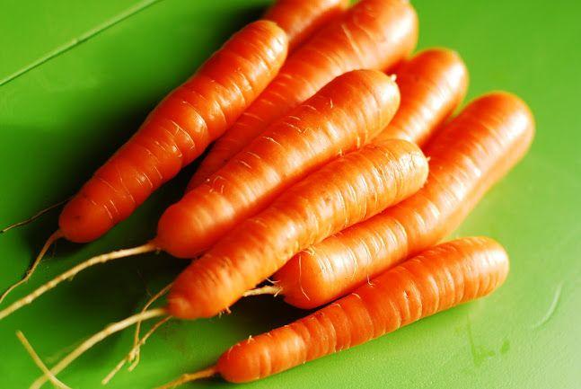 Lý do đầu tiên để ăn cà rốt mỗi ngày là vì khả năng chống viêm tuyệt vời của loại củ này. Cà rốt có thể làm giảm đau cơ, nhức đầu, đau bụng và các vấn đề khác liên quan đến viêm. Bạn có thể rửa sạch, ăn sống hoặc hấp chín, một trong hai cách đều rất dễ làm.