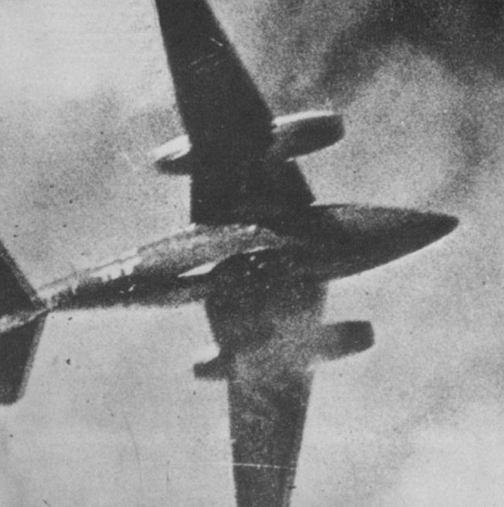 Me-262 en el momento de ser derribado por un P-51 Mustang de la Fuerza Aérea de Estados Unidos. Abril 1945