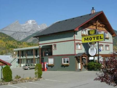 Our motel in Summer #bluebird #fernieaccommodation #threesisters #explorebc #snowvalleymotel