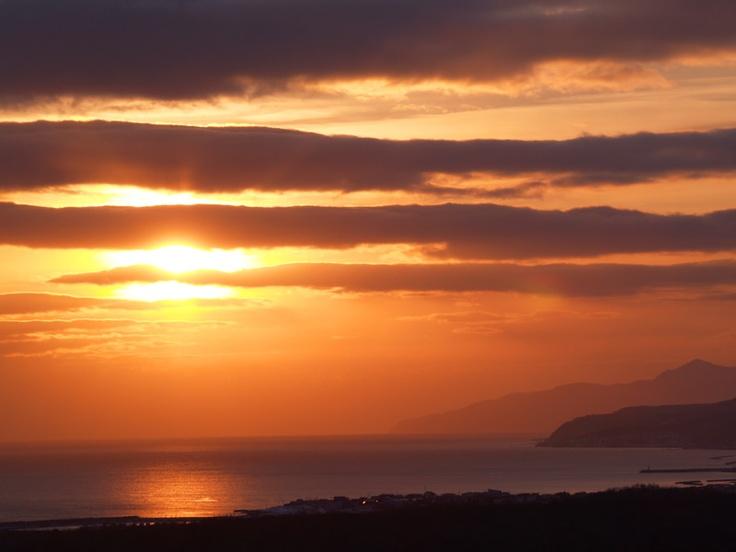 まぶしく輝く夕暮れの海