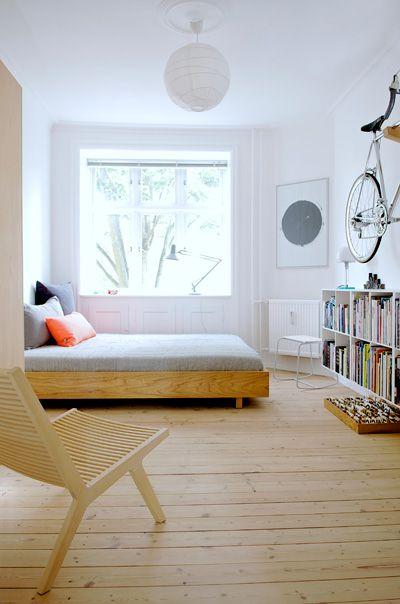 Chambre simple, blanc et bois