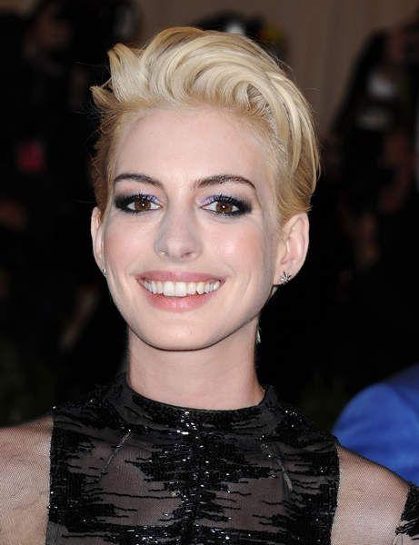 Les cheveux blonds d'Anne Hathaway