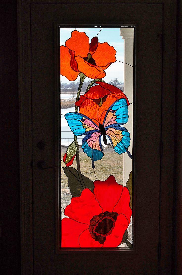 Vitral artístico de flores y mariposa.