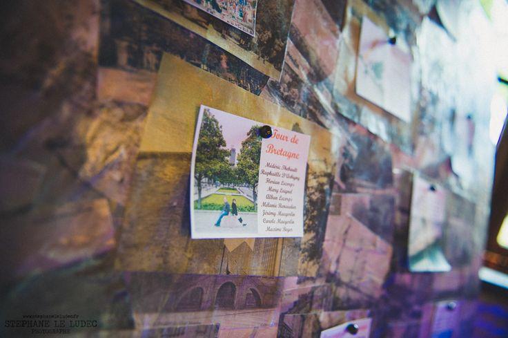 Détails du plan de table avec photos des mariés sur les lieux des noms des tables