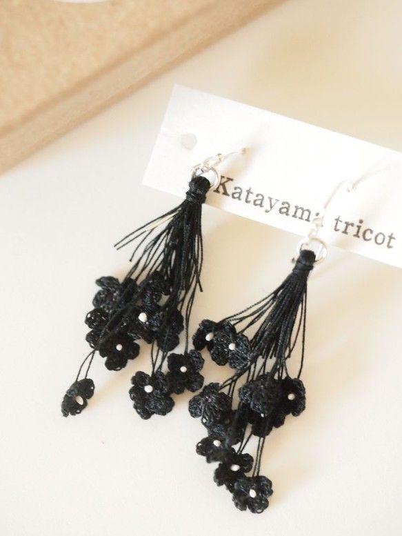 オーダーにて承った作品です。細い糸で編んだお花のピアスは、顔周りを華やかにしてくれます。 ハンドメイド、手作り、手仕事品の通販・販売・購入ならCreema。