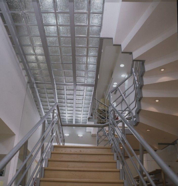 Baldosas de vidrio sobre pasillo y escalera vitroblock for Baldosas para escaleras