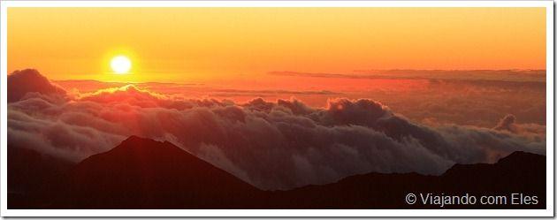 Conhecer um vulcão no Havaí foi uma das experiências mais incríveis que já pude vivenciar. Além de possuir diversas praias, as ilhas havaianas ainda contam com vulcões que realmente são espetaculares. A ilha de Maui é a casa do Parque Nacional de Haleakala, vulcão com 3.055 metros de altura, sendo um dos principais pontos turísticos da ilha.