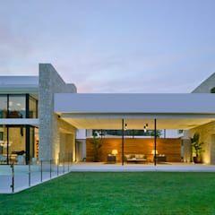 CASA MEDITERRANEA: Casas de estilo mediterráneo de Aguilar Arquitectos