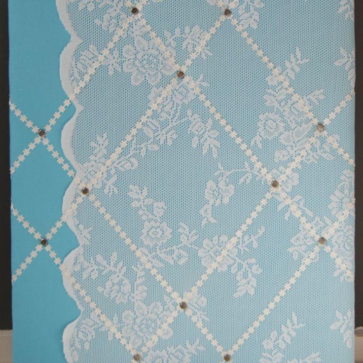 Memobord van turquoise stof met kant