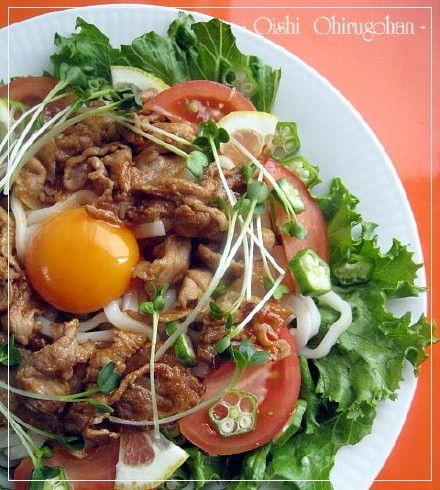 ヘルシー&がっつりな焼き肉サラダうどん     夏の体力が落ち気味のときに、冷たくてかつ栄養満点なぶっかけうどんはいかが? Kyoko0007    材料 (1人分) 豚こま切れ 100g 卵黄(Mサイズ) 1 トマト 1/2個 レタス 2枚 貝割れ大根 1/4パック オクラ 2本 レモンスライス 適宜 コチジャン 大さじ1/2 焼き肉のたれ 大さじ1 ごま油(仕上げ用) 小さじ1 めんつゆ(2倍濃縮) 50CC うどん玉 1個