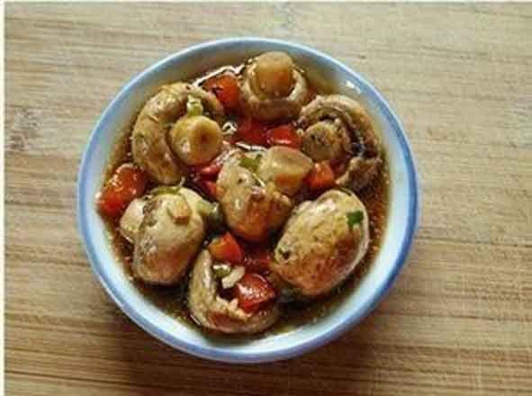 Быстрые маринованные грибы Ингредиенты: 800 гр. свежих шампиньонов 4 литра воды 3 ст. ложки 5% уксуса  Для маринада: 1/2 чашки 5% уксуса 2 ч. ложки соли 1 ч. ложка сахара 3 зубчика чеснока 3 лавровых листа 1/2 ч. ложки молотого черного перца 1 сладкий красный перец 1 1/2 ст. ложки укропа 2 чашки воды 1/2 чашки растительного масла