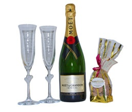It Must Be Love! Luxurious & Simple Wedding Hamper. http://www.allthebesthampers.co.uk/product/681-it-must-be-love/