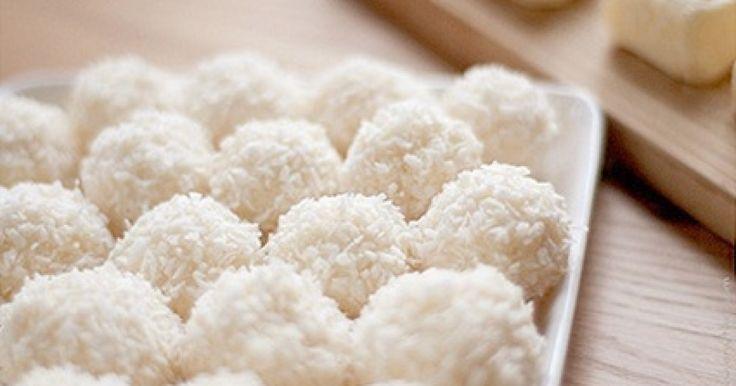 A kókuszgolyó gyakran kerül az asztalra. Sokan készítik sokféleképpen, de ez a recept a legtöbbünknek bizonyára új lesz. A túrónak köszönhetően ez a változat sokkal krémesebb állagú.