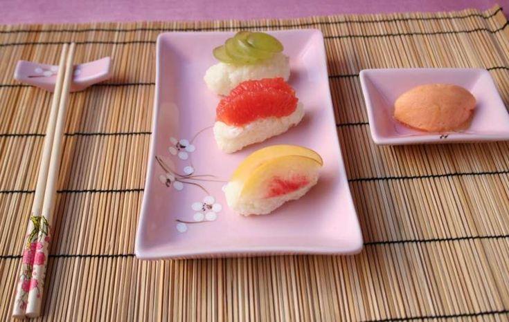 Oggi vi proponiamo la ricetta e le varianti più gustose del sushi dolce di frutta, un dessert leggero e delicato da preparare in poche e semplici mosse. Il sushi dolce alla frutta, anche chiamato con il nome di frushi, è una deliziosa variante della classica ricetta giapponese a base di pesce e riso. Questo piatto viene preparato con due ingrediente base: la frutta fresca e il riso a grana corta cotto nel latte e addolcito con un po' di zucchero semolato. Una volta pronto, con il riso potete…