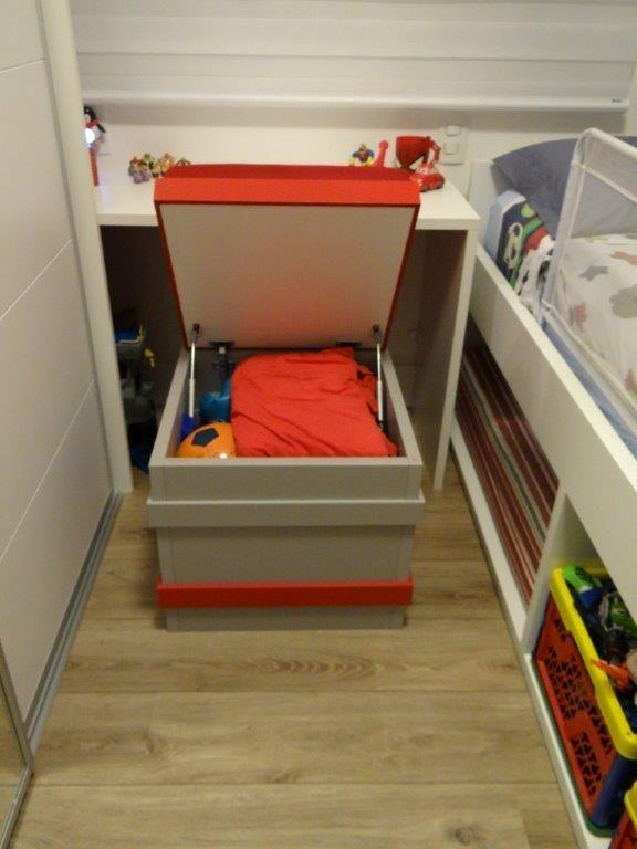 O pufe-baú organiza os brinquedos em dormitórios pequenos