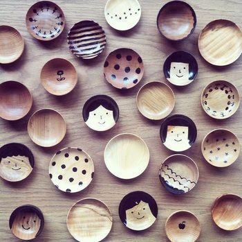 山の前製作所さんの木の豆皿。水玉やお花、木の絵柄とどれも可愛いですが、特にまん丸お顔の豆皿がそそられます。可愛い♪