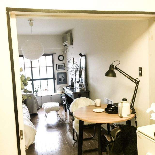 chiikokoさんの、パリのアパルトマン風,かわいいもかっこいいも好き!,ドレッサー,海外インテリアに憧れる,IKEAのダイニングテーブル,縦長の部屋,狭い部屋,賃貸,一人暮らし,1K,賃貸でも楽しく♪,丸いダイニングテーブル,仕切り diy,ガムテープ,白黒グレー,部屋全体,のお部屋写真
