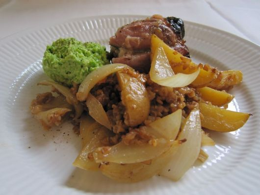 Braiseret svineskank med rug og kold grønærtemos