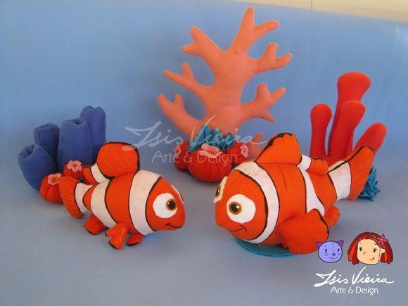 Personagem Nemo ou Marlin, do filme Procurando Nemo. Duas alturas disponíveis. 20 e 30cm.  Em feltro com enchimento de fibra de silicone. Ficam em pé sozinhos, com base.  Personagens, algas e corais disponíveis para montar o kit. Monte seu kit como preferir! Consulte! :)  De 16cm a 20cm de altura. Corais: de 13cm a 34cm de altura   Personagens do kit: 10 personagens: Nemo Marlin (pai do nemo) Dory (peixe azul) Squirt (tartaruguinha) Bubbles (peixe amarelo) Gill (peixe preto e branco) Bloat…