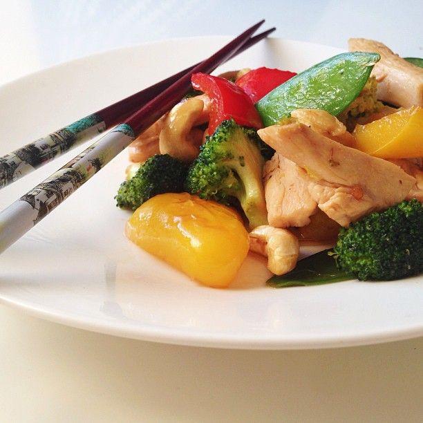Jag är så fruktansvärt trött på att gå ut och äta asiatisk mat som verkar nyttig och bra för att sedan få världens magvärk pga av allt socker som de envisas med att hälla i. Sagt och gjort, idag gjorde jag min egen wok. Och vet ni vad? Om jag får välja kommer jag aldrig äta thaimat ute igen! Hjälp så gott, och på det här viset kan man välja ingredienser och styrka helt efter egen smak. Hur som helst, först gjorde jag en superenkel woksås på färsk finriven ingefära, 2 msk glutenfri soja, 2…