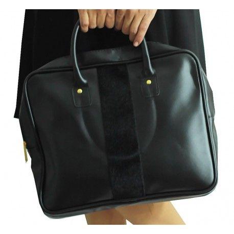 www.modamot.com En : 36cm Boy : 29cm * Tek fermuarlı içinde cep telefonu gözü vardır. Diş tarafından şerit olarak siyah kürk geçiyor. Rahat ve kullanışlı çantadır. Marka : Avon