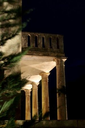 O μεγάλος ποιητής Άγγελος Σικελιανός έζησε στην περιοχή Ξυλοκάστρου για 20 περίπου χρόνια. Το πέρασμά του ήταν εκρηκτικό και άφησε πίσω του, εκτός από το ιδιότυπο σπιτί του, πολλές μνήμες μιας παραμυθένιας ζωής και μιας ξεχωριστής παρουσίας καθώς και στοιχεία της εμπνευσης του απο την ιδιαίτερα όμορφη φύση της περιοχής . Το 1916 ο Άγγελος Σικελιανός μαζί με την πρώτη του σύζυγο, Αμερικανίδα Εύα Πάλμερ, ολοκλήρωσε την κατασκευή της βίλλας στο κτήμα του στην Συκιά Κορινθίας. Το μοναδικής…