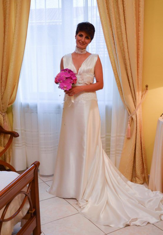 Beautiful #bride in her satin #weddingdress. Bellissima #sposa nel suo #abitodasposa in satin