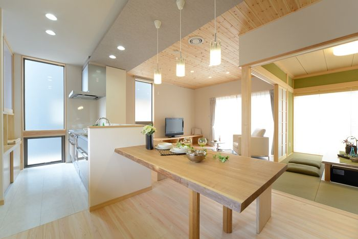 A-T house: リビングの天井にはパインの羽目板を張りました。木には見た目に感じるやさしさがあり、木目には精神安定効果があります。無垢の板は時が経つと共に美しく変化していきます。