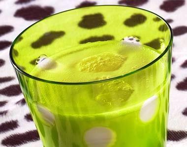 Pinha Colada, 4cl di crema di cocco  6cl succo d'ananas  6cl di rum bianco  Preparazione:   In uno shaker, mescola la crema di cocco, il succo di ananas e il rum bianco.  Shakera.