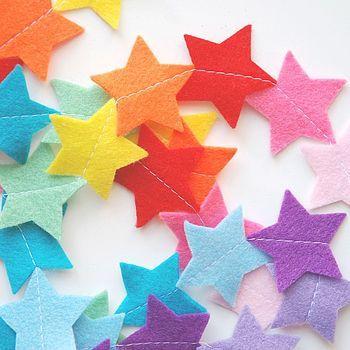 Regenboog sterren slinger van vilt. Alle kleuren van de regenboog en meer vind je in dé online winkel voor vilt Bij vilt enzo! www.http://www.bijviltenzo.nl