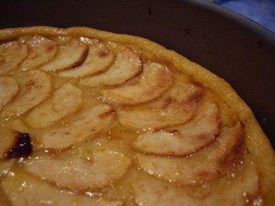 La tarta de manzana es sin duda una de las tartas más conocidas en el mundo de los postres, por eso vamos a realizar la en tiempo record, sin apenas manchar nada, sin pasar calor…