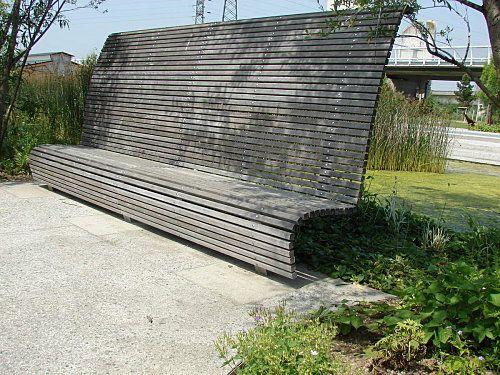 Le parc du Chemin de l'île est un nouvel (2006) espace de détente et de loisirs de 14,5 hectares.  La mise en scène du lieu mêle tout à la fois, grands espaces libres, aires de jeux, lieux de promenade.    Accessoirement, aménagé en bord de Seine, à l'extrémité Nord de l'axe allant de l'Arche de la Défense à la Seine, il dépollue l'eau de la Seine... pour la servir aux jardins familiaux situés à son extrémité Nord-Est. Le chantier a été conduit selon les critères d'exigen...