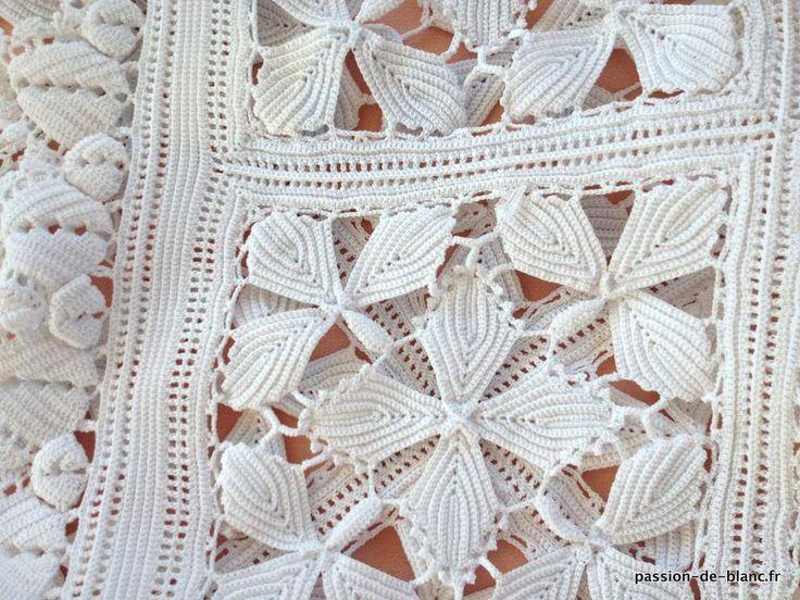 Linge ancien de lit > Dessus de lit .... > LINGE ANCIEN/ Rare couverture au crochet au point d' Irlande en fil blanc avec somptueux motifs à relief - Linge ancien - Passion-de-Blanc - Textiles anciens