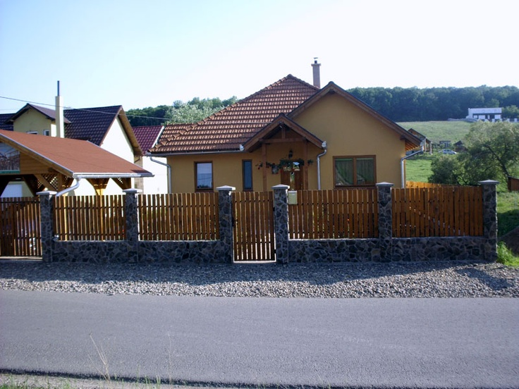 Fatada spre strada casa de lemn + gard