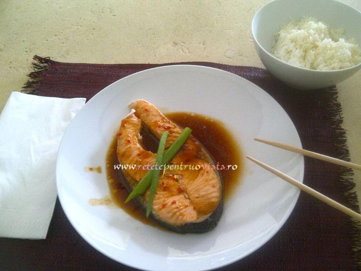 O #reteta de somon la tigaie rapida si delicioasa, preparata cu o marinada din sos de soia, sos dulce de chilli si zahar brun.