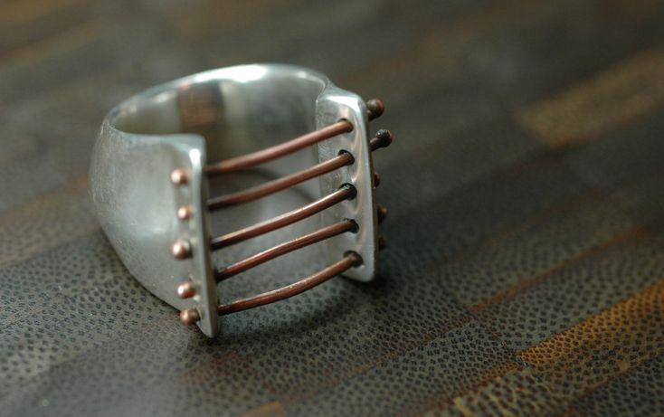 en cobre batido y pasadores fundidos de latón