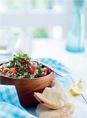 Servér den lækre tabouleh med friske krydderurter og citron som en vegetarret eller som tilbehør til en hovedret.