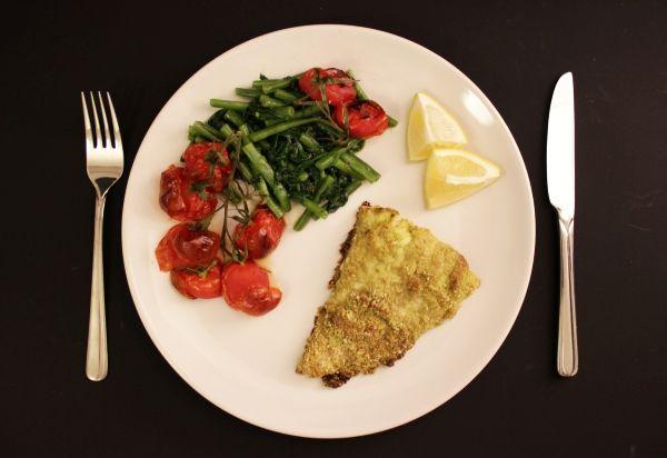 Line kocht Schellfisch in Pesto-Panade mit Rösttomaten, grünen Bohnen und Blattspinat