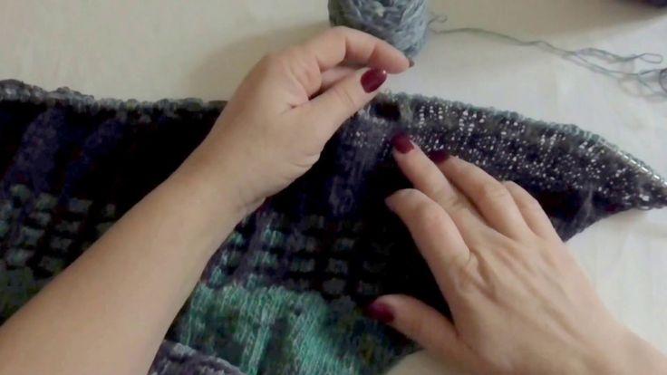 Trojúhelníkový šátek se čtverečky - přetahovaná oka