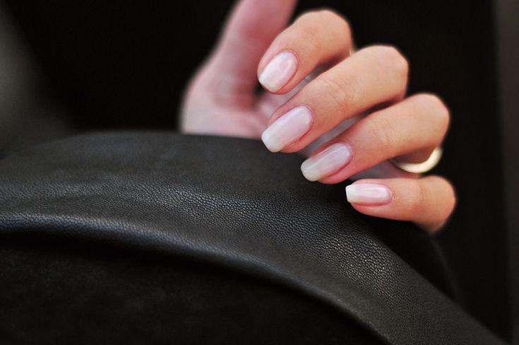 Var och fixade mina naglar häromveckan för andra gången med shellac, ett stärkande nagellack som appliceras i några olika lager och håller sig snyggt i ca 4 veckor, enligt min uppfattning. Och vad ska jag säga? I'm stuck. Så härligt att vakna med fina naglar som dessutom känns starka som stål.  Den här gången valde jag en neutral, lite ljusare ton. För övrigt är det mina egna naturliga naglar och inte påbyggda. Tips att unna dig själv med!