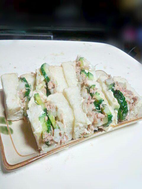 パパに朝ご飯にサンドイッチ作ってと言われたので作りました(o^^o) 具はきゅうりとツナマヨです。 きゅうりを丸ごと使ったのでてんこ盛りになって しまいました(・・;) - 34件のもぐもぐ - てんこ盛り☆きゅうりとツナマヨのサンドイッチ(*゚ω゚*) by maa0000