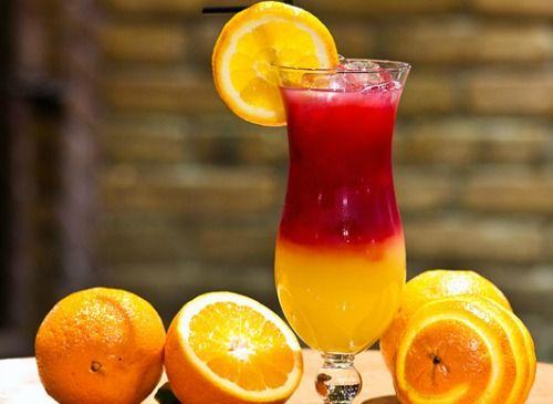 Sangria 1 litro de cidra sem álcool + 500 ml de suco de uva + suco de 2 tangerinas + 1 xícara de suco de laranja + 1 maçã verde em pedaços + 1 maçã vermelha em pedaços + 2 pêssegos em pedaços Em um recipiente grande, misture todos os sucos e depois adicione os pedaços das frutas. Leve a geladeira por 30 minutos antes de servir. - Pesquisa Google