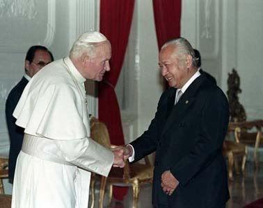 Soeharto with Pope John Paul II.