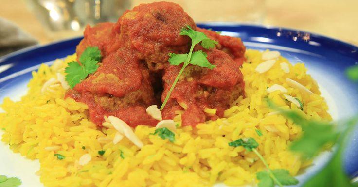 Kryddiga köttbullar i tomatsås. Serveras med saffransdoftande ris, mandel och…