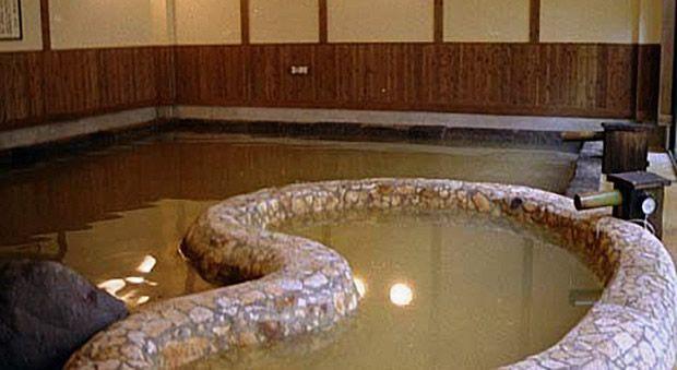 古代のパワーを感じる勾玉湯・蔵石風呂 (女湯)