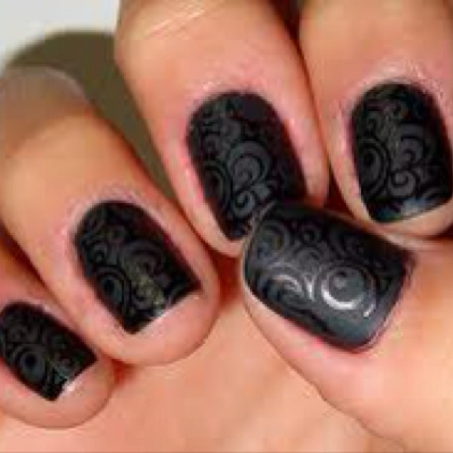 black nails with design.