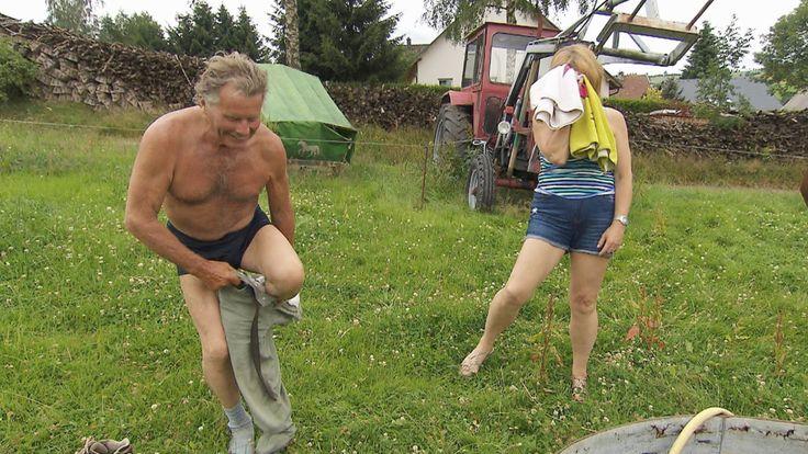 """Am Montag ging es Sachse Gerhard (76) beim gemeinsamen Waschtag mit seiner Nicole an die Wäsche. Schlüpfer-Gate bei """"Bauer sucht Frau"""".…"""